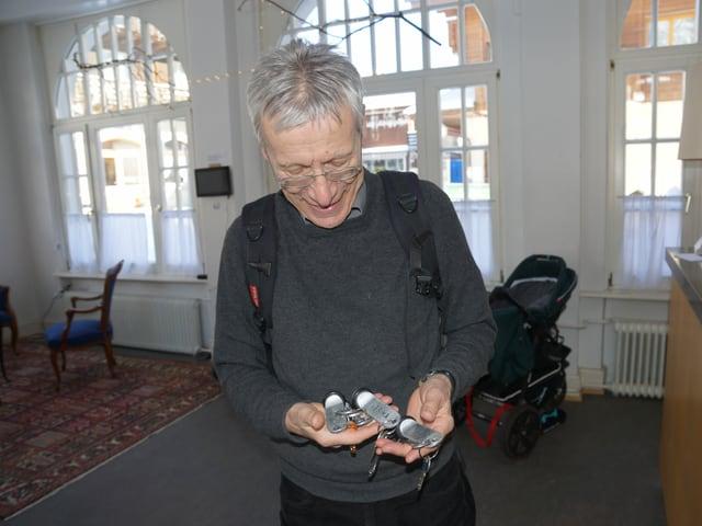 Peter Vollmer hält Zimmerschlüssel in der Hand.