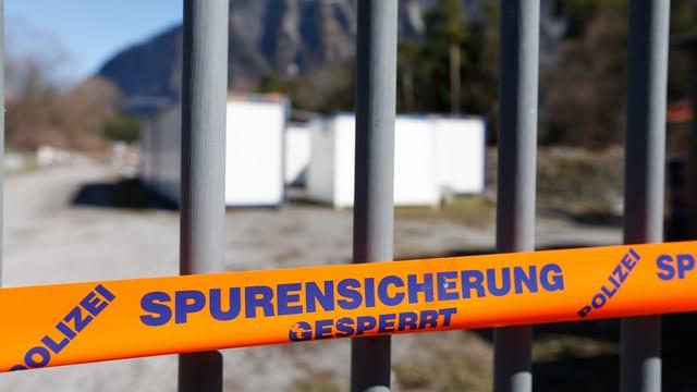 Containersiedlung und Spurensicherungsband der Polizei