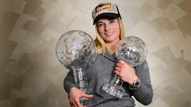Lara Gut cun duas cullas da cristal.