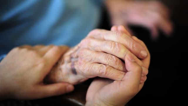 Symbolbild Altersheim. Hand einer alten Frau.