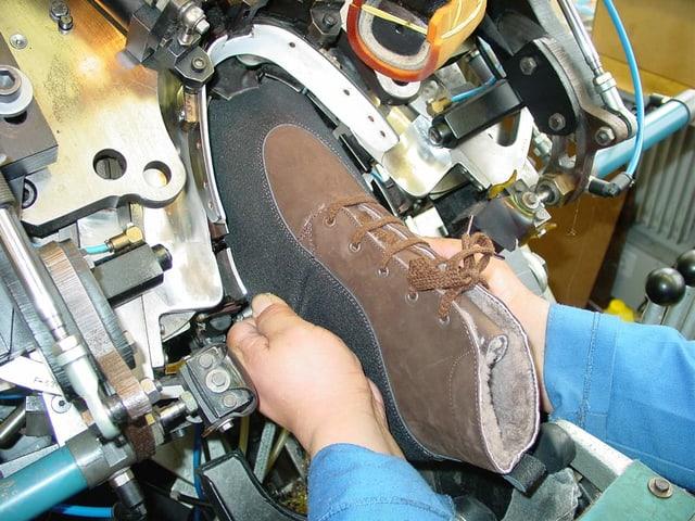 Arbeit an einem halb fertigen Schuh.