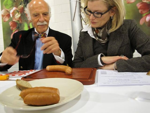 Anton Mosimann und Yvonne Beutler kosten eine Winti-Wurst.