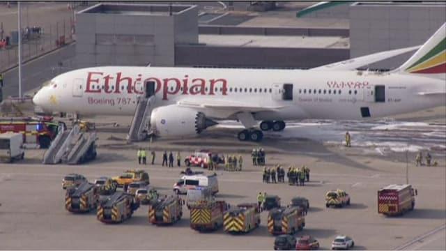 Ein Dreamliner der Ethiopian Airways in Heathrow. Feuerwagen stehen rund herum.