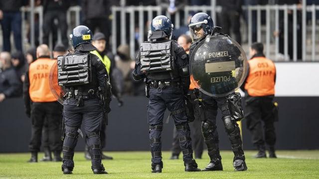 Polizisten stehen beim Spiel GC gegen Luzern auf dem Rasen.