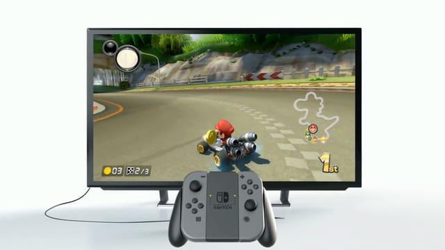 Kontroller vor TV Gerät, darauf Mario Kart.