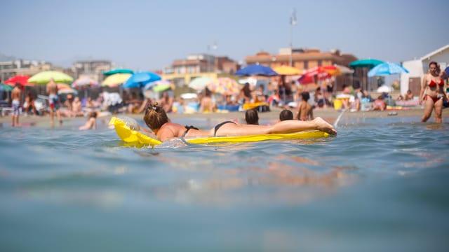 Badegäste am Strand von Ostia