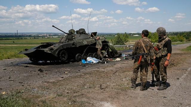 Soldaten an einem Panzer