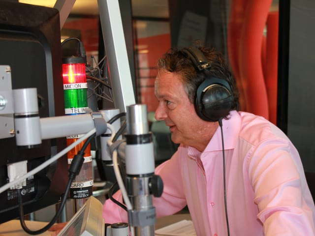 Thomas Bucheli am Mikrofon.