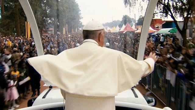 Papst Franziskus fährt mit dem Papamobil durch eine Menschenmenge.