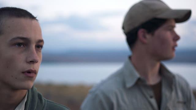 Zwei Jungen, einer mit Mütze