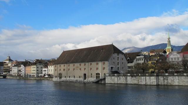 Ein grosses Gebäude an einem Fluss.