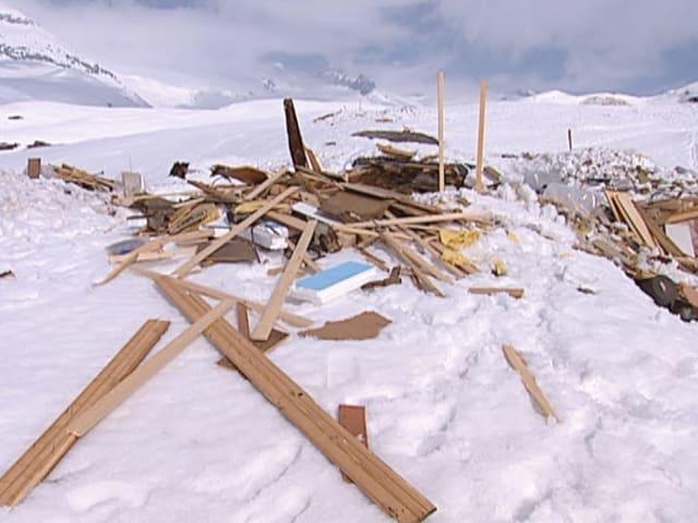 Trümmer eines von der Lawine zerstörten Hauses