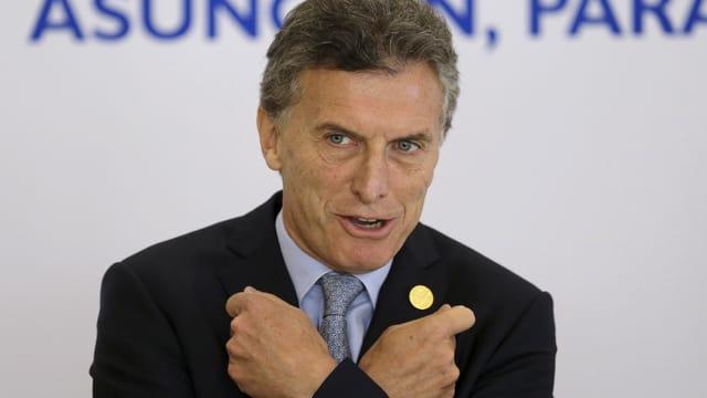 Der argentinische Präsident Mauricio Macri verschränkt die Arme.