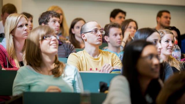 Studierende an der Universität Basel in der Vorlesung.