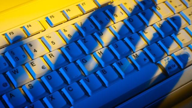 Hand über Computer-Tastatur