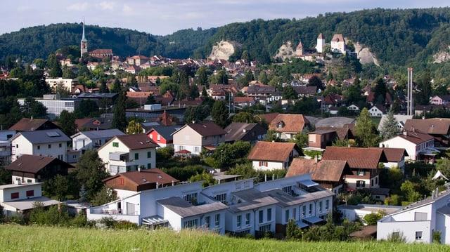 Die Stadt Burgdorf mit dem Schloss von einem Hügel aus.