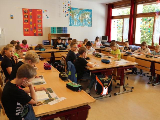 Klassenzimmer mit lesenden Kindern.