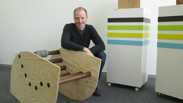 Mann neben Holzmöbel
