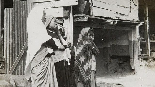 Drei Frauen schauen fragend aus dem Bild heraus.