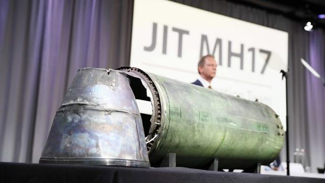 Mann hinter Raketenteilen