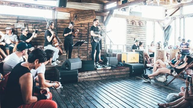 Joel Ray spielt auf der Campfire-Stage.