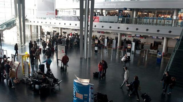 Abflughalle im Euroairport mit wartenden Fluggästen.