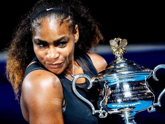 Serena Williams mit dem Pokal