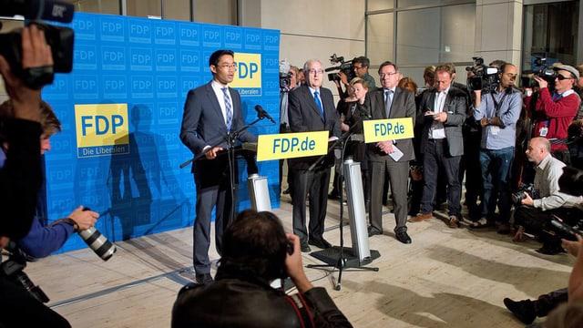 FDP-Parteichef Philipp Rösler gibt seinen Rücktritt bekannt. (keystone)