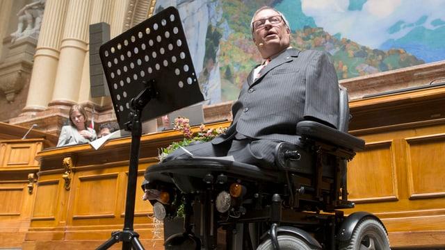 Christian Lohr im Rollstuhl vor der dem versammelten Nationalrat.