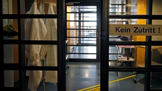 """Glastür mit Aufschrift """"Kein Zutritt"""" im Spitalgang"""