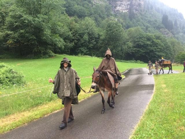 Gotthard-Protagonisten mit Mulis im Regen.