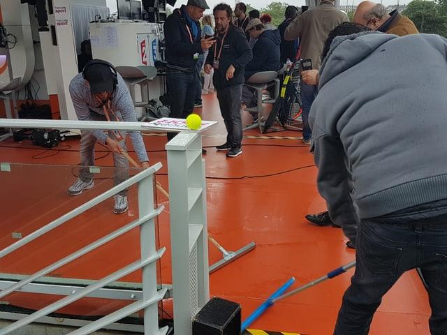 Im Open-Air-Studio von France TV waren Helfer intensiv damit beschäftigt, das Wasser aus dem Studio zu fegen.