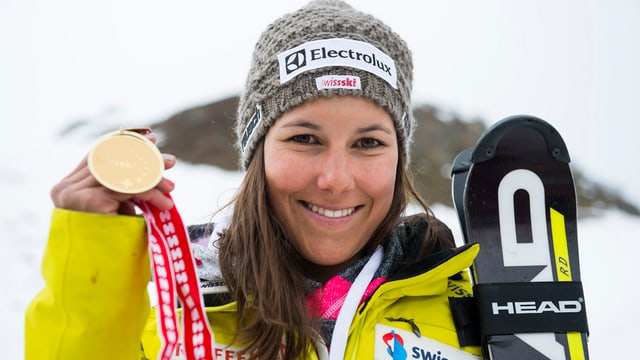 Wendy Holdener posiert mit ihrer Goldmedaille.
