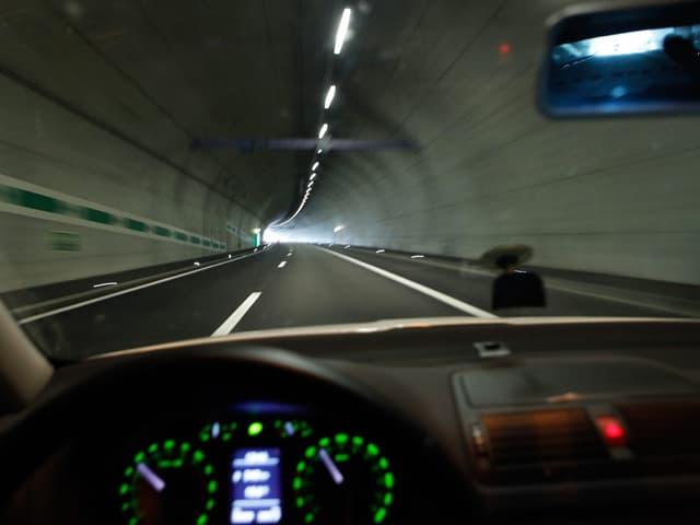 Fahrersicht aus einem Auto auf einen Tunnel