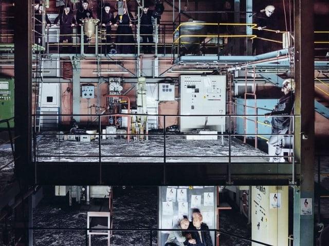 Fabrikhalle auf drei Ebenen sichtbar.
