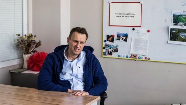Alexey Nawalny en in biro da l'organisaziun cunter la corrupziun.