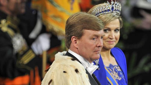 Willem-Alexander und seine Maximà ernst blickend.