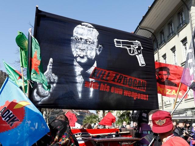 Teilnehmer einer Berner Demonstration fordern auf einem Transparent dazu auf, Erdogan «mit seinen eigenen Waffen zu töten».