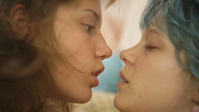 Nahaufnahme von zwei Frauen, die kurz davor sind, sich zu Küssen.