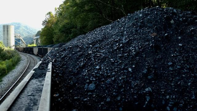 Stillstehender Zugwagen mit Kohle