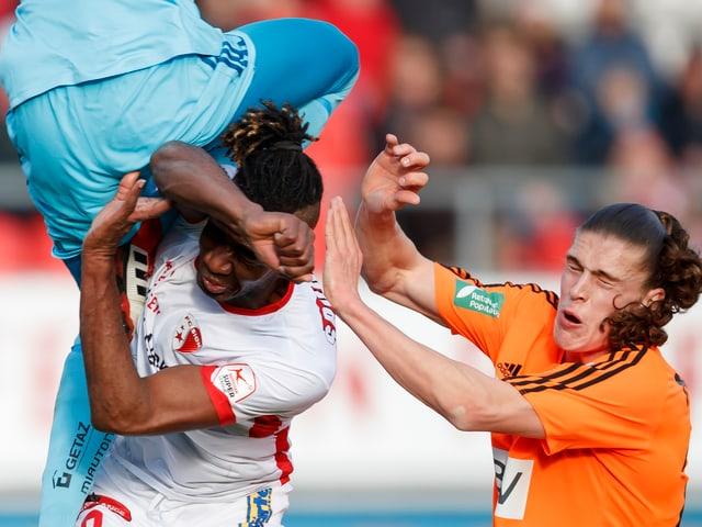Goalie fliegt über Sion-Spieler