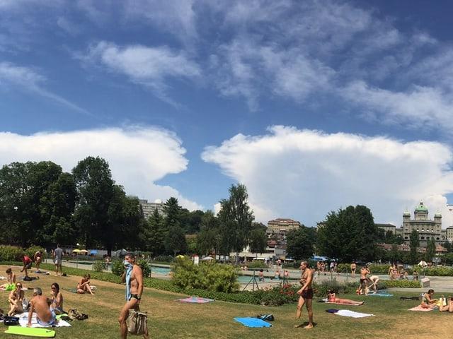 Im Gartenbad geniessen Badegäste das Sommerwetter. Am