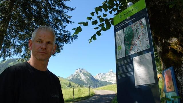 Bruno Reber, Geschäftsführer von Diemtigtal Tourismus, am Eingang des Albert-Schweitzer-Weges.