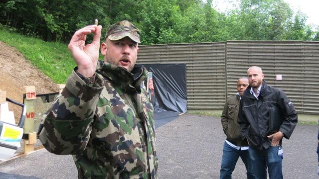 Major André Comps erklärt die Unterschiede von Kalibern.