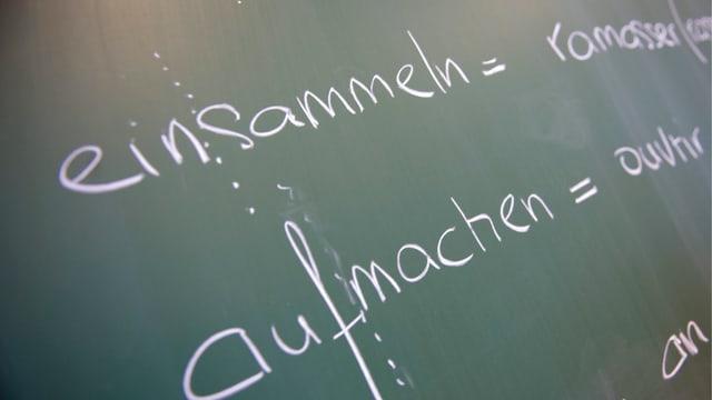 Wandtafel mit französischen und deutschen Vokabeln.