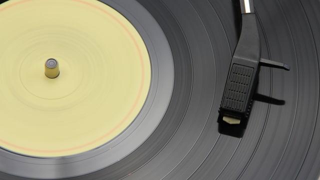 Detailaufnahme einer Platte auf dem Plattenspieler