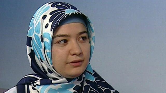 Eine Frau mit einem blau-weissen Kopftuch.