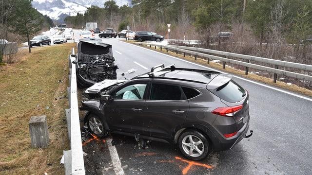 Ils dus autos donnegiads al lieu da l'accident.