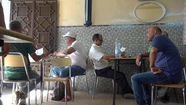 Männer in einem Café in Tunis.