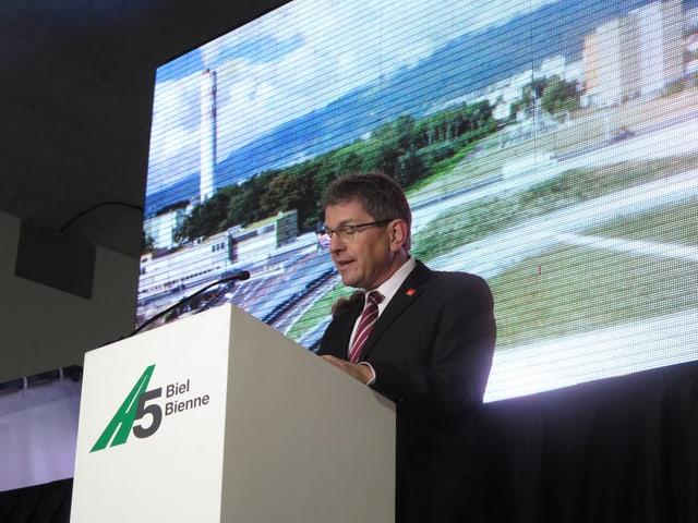 Der Bieler Stadtpräsident Erich Fehr spricht zur Eröffnung der Bieler Autobahn-Umfahrung.